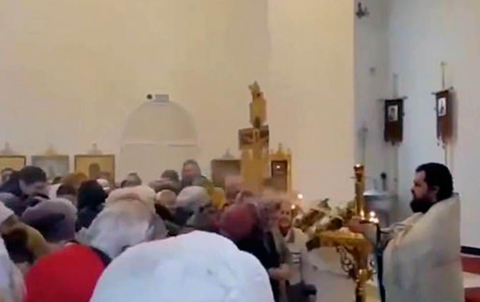 Resultado de imagen de VIDEO: Un sacerdote de la Iglesia ortodoxa rusa bendice a su feligreses a manguerazos